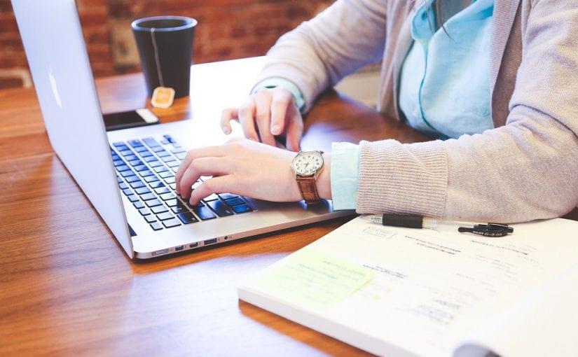student met laptop op bureau